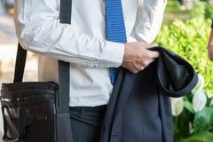 Costume de prise d'homme d'affaires et parlant avec l'ami à après le travail Images stock