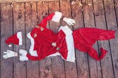 Costume de Santa abandonné sur un plancher en bois Photographie stock