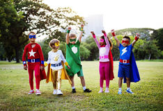Costume del supereroe di usura dei bambini all'aperto Immagini Stock