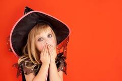 Costume della ragazza del bambino di Halloween sull'arancio Fotografia Stock