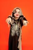 Costume della ragazza del bambino di Halloween sull'arancio Immagini Stock Libere da Diritti