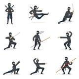 Costume di In Full Black dell'assassino di Ninja del giapponese che esegue le posizioni di arti marziali di Ninjitsu con differen Fotografia Stock Libera da Diritti