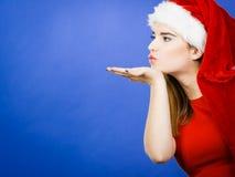 Costume di natale della donna che invia i baci Fotografie Stock Libere da Diritti