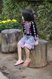 Costume ethnique d'usage de Hmong de fille d'enfants traditionnel et se reposer Images stock