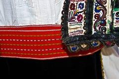 Costume folklorique roumain traditionnel Détail 6 photographie stock