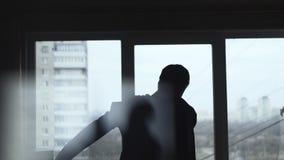 Costume habillé par homme près de la fenêtre banque de vidéos