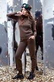 Costume mérinos de laine de bel de femme longtemps usage foncé sexy de cheveux bouclés Photo stock