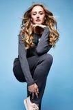 Costume mérinos de laine de bel de femme longtemps usage blond sexy de cheveux bouclés Image libre de droits
