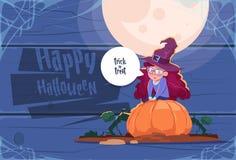 Costume mignon Sit On Pumpkin, bannière heureuse de sorcière d'usage d'enfant de Halloween Photo stock