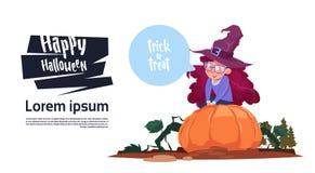 Costume mignon Sit On Pumpkin, concept heureux de sorcière d'usage d'enfant de célébration de partie de bannière de Halloween Image libre de droits