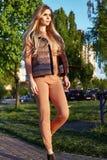 Costume naturale Sui della lana di usura di trucco dei capelli biondi lunghi della donna Fotografia Stock Libera da Diritti