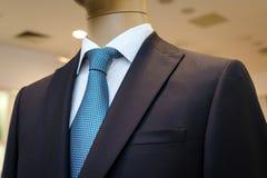 Costume noir avec une chemise blanche et avec un lien bleu dans le dessin Images stock