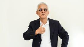 Costume occasionnel asiatique d'homme supérieur avec le visage et le sungla heureux Photos stock