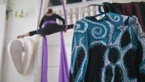 Costume per le prestazioni davanti alla ginnasta dell'aria che si esercita sulla seta aerea in uno studio stock footage