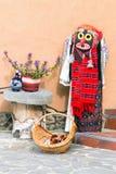 Costume piega della donna tradizionale con la maschera, Romania, Europa Fotografia Stock