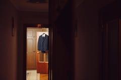 Costume sur la porte Photos stock