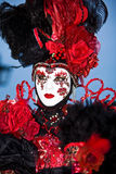 Costume vénitien noir avec les roses rouges Photo libre de droits