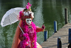 Costume vénitien sur une jetée Photographie stock libre de droits