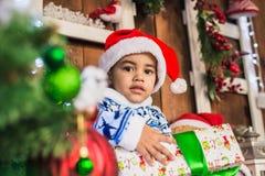 Costume vestito ragazzo afroamericano Santa Claus Fotografie Stock Libere da Diritti