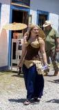 Costumed kobieta przy Renesansowym Faire z uncostumed pary odprowadzeniem za ona zdjęcia royalty free