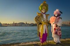 Costumed a masqué des couples Photographie stock