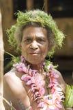 Costumed tradizionale della donna senior, materiale della natura, Solomon Islands, oceano del Pacifico Meridionale immagini stock