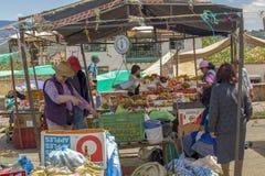 Costumers και προμηθευτές στους στάβλους φρούτων στοκ εικόνες με δικαίωμα ελεύθερης χρήσης