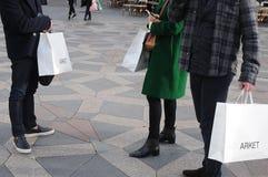 COSTUMERS COM SACOS DE COMPRAS DE ARKET Fotografia de Stock