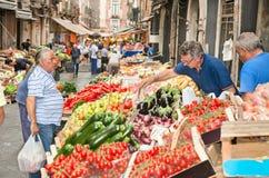Costumers et vendeurs sur le marché en plein air historique à Catane Photo libre de droits