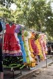 Costumes colorés de sevillana à un marché en plein air en Espagne photo stock