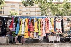 Costumes colorés de sevillana à un marché en plein air en Espagne image libre de droits