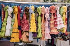Costumes colorés de sevillana à un marché en plein air en Espagne images libres de droits