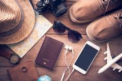 Costumes d'accessoires de voyage pour les hommes Passeports, bagage, le cos image stock