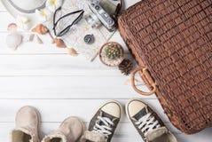 Costumes d'accessoires de voyage sur le fond en bois blanc Images stock