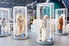 Costumes d'espace dans l'exposition images stock
