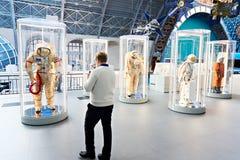 Costumes d'espace dans l'exposition photos stock