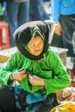 Costumes de dames âgées de minorité ethnique, au vieux marché de Dong Van images libres de droits