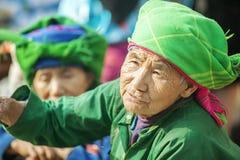 Costumes des femmes de minorité ethnique, au vieux marché de Dong Van image stock