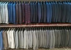 Costumes pour les hommes dans une boutique Image stock