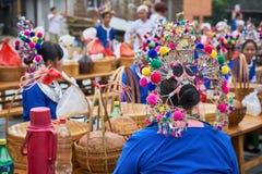 Costumes traditionnels habillés par femme image stock