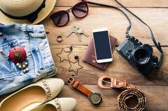 Costumi degli accessori di viaggio I passaporti, bagagli, il costo del viaggio hanno preparato per il viaggio Fotografie Stock