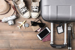 Costumi degli accessori di viaggio Passaporti, bagagli, macchina fotografica, sunglas Immagini Stock