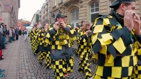Costumi e musicisti divertenti al carnevale o alla parata di Karneval in Colonia archivi video