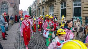 Costumi e musicisti divertenti al carnevale o alla parata di Karneval in Colonia video d archivio