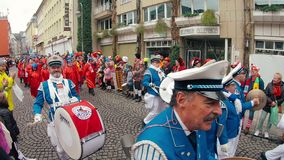 Costumi e musicisti tradizionali al carnevale o alla parata di Karneval in Colonia durante il carnevale della via di Colonia stock footage