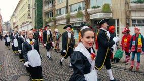 Costumi e musicisti tradizionali al carnevale o alla parata di Karneval in Colonia durante il carnevale della via di Colonia archivi video