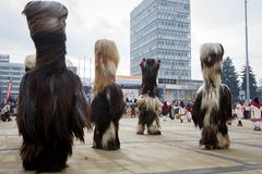 Costumi enormi dei Mummers di Surva pelosi Immagini Stock