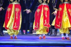 Costumi luminosi dei ballerini femminili turchi Fotografia Stock