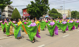 Costumi nazionali delle giovani donne alla parata di lume di candela Immagine Stock Libera da Diritti