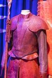 Costumi originali degli attori e dei puntelli dal ` The Game di film del ` dei troni nei locali del museo marittimo di Barcellona Fotografie Stock Libere da Diritti